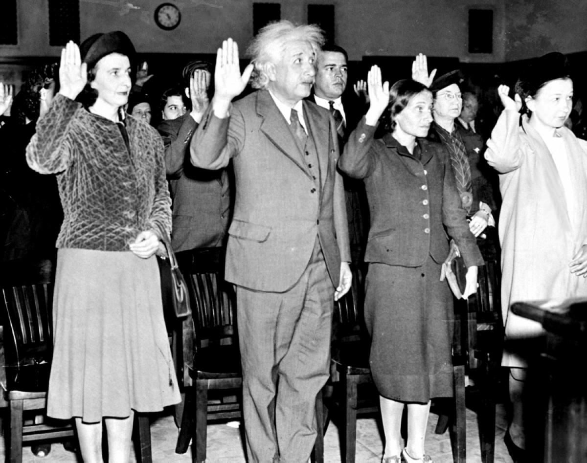 """""""الموت لأميركا"""" قال الحوثي، """"الموت لأميركا"""" قال خامنئي: ألبرت أينشتاين يقسم ليصبح مواطناً أميركياً في ١٩٤٠ """"مع ٨٧ مهاجراً آخرين"""" كما عَنوَنت صحيفة أميركية"""