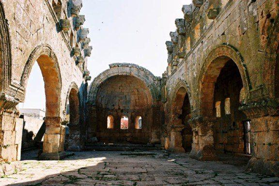 Les dimensions de l'église de Qalb Lozé (fin du 5e s.), trop importantes pour une église de village, laissent penser que le sanctuaire faisait l'objet d'un pèlerinage. Son architecture se distingue de celle des églises de la même époque, rendant ainsi l'édifice exceptionnel.