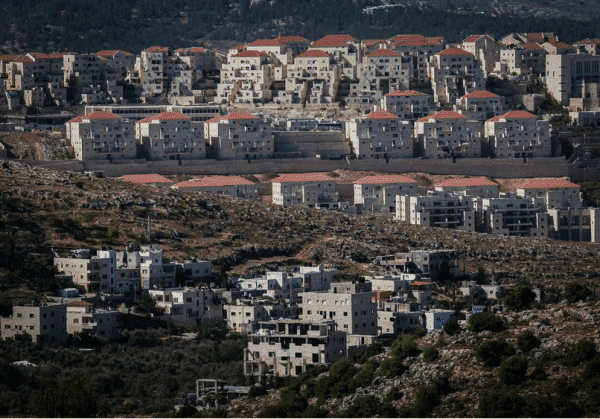 Nouvelle construction dans l'implantation ultra-orthodoxe de Beitar Illit, avec le village arabe de Wadi Fukin au premier plan, le 17 juin 2015 (Crédit : Nati Shohat / Flash90)