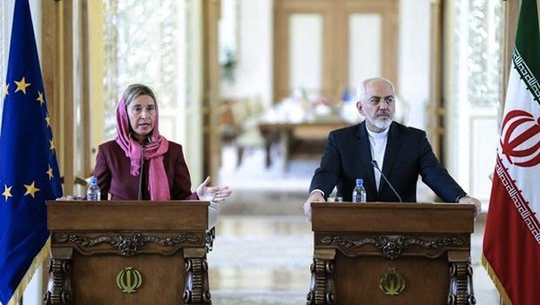 """""""موغريني"""" وقد غطّت رأسها، في بادرة """"تزلّف"""" لنظام الملات، في مؤتمر صحفي مع ظريف في طهران"""