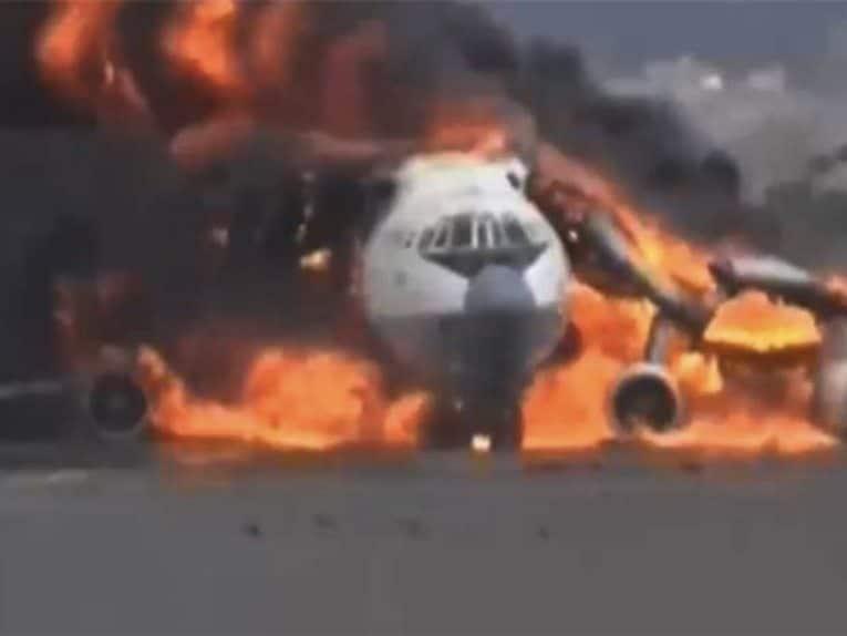 طائرة نقل تابعة للحوثيين تلتهمها النيران في مطار صنعاء بعد قصف جوي سعودي