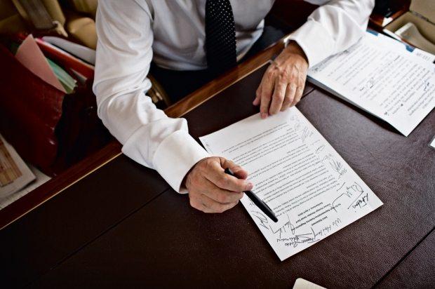 Dernières réflexions devant une copie de l'accord-cadre sur le nucléaire iranien conclu le 2 avril et qu'il a fait signer par tous les ministres participants. © Pierre Terdjman
