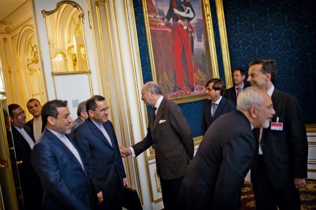 لوران فابيوس يستقبل الوفد الإيراني في قصر كوبورغ في فيينا، يوم السبت في ٢٧ يونيو، قبل بدء المفاوضات