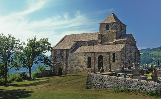 L'église de Saint-Pierre de Bredons, dans le Cantal. Photo © Bernard Jaubert