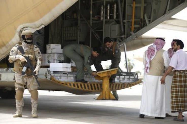جندي سعودي يحرس عملية إنزال المساعدات من طائرة حربية سعودية في مطار عدن يوم 24 يوليو تموز 2015. تصوير: فيصل الناصر - رويترز.