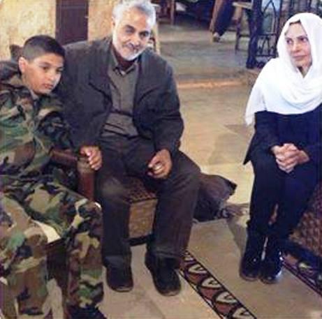 """القاتل سليمان الأسد هو إبن قائد """"الدفاع الوطني"""" هلال الأسد، الذي عزّى به قاسم سليماني شخصياً. وفي الصورة زوجة هلال الأسد وإبنه الأصغر الذي لم يصبح قاتلاً بعد!"""