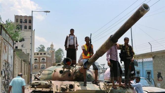 """مقاتلون من القبائل على متن دبابة روسية الصنع في """"تعز"""""""