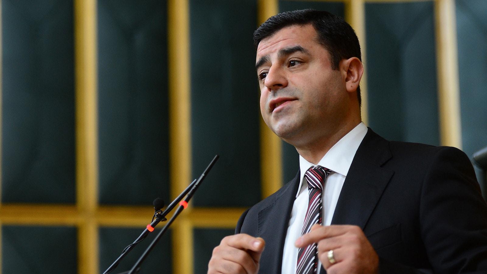 """صلاح الدين دميرتاس، الزعيم الكردي الذي تحوّل إلى """"رجل دولة""""، والذي قد يرفع حزبه إلى مرتبة الحزب الثالث في تركيا"""