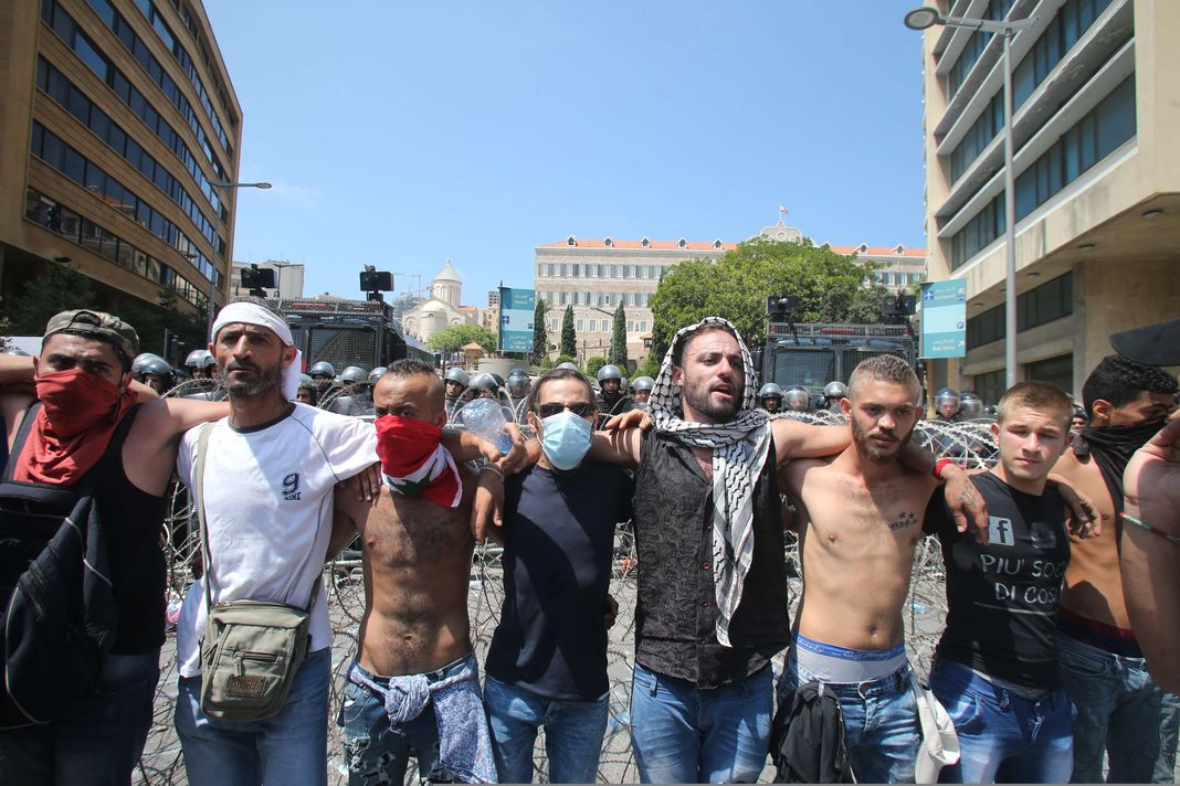 Manifestation à Beyrouth, dimanche 23 août, contre le gouvernement, impuissant dans la crise des ordures. - / AFP En savoir plus sur http://www.lemonde.fr/proche-orient/article/2015/08/23/a-beyrouth-manifestations-contre-la-crise-des-ordures_4734308_3218.html#WV6YpbXvgVOsTrW0.99