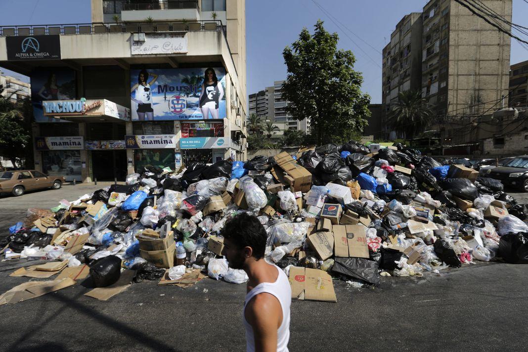 Dans l'est de Beyrouth, lundi 17 août. Hassan Ammar / AP En savoir plus sur http://www.lemonde.fr/proche-orient/article/2015/08/23/a-beyrouth-manifestations-contre-la-crise-des-ordures_4734308_3218.html#WV6YpbXvgVOsTrW0.99