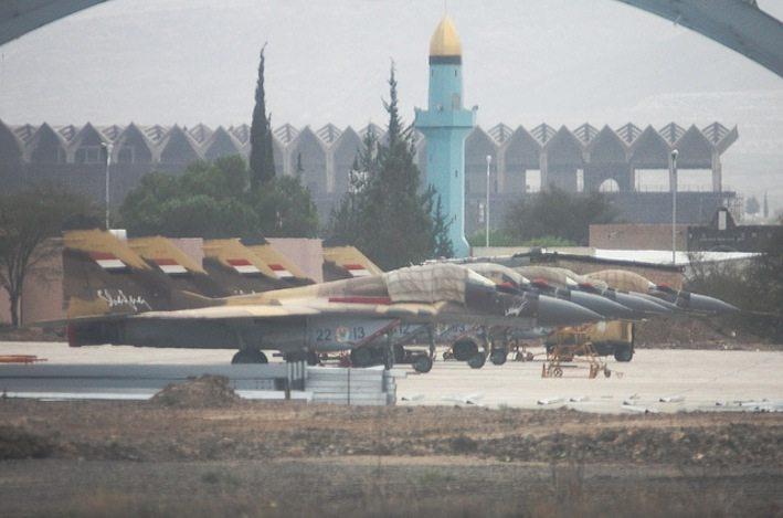 مقاتلات ميغ-٢٨ يمنية جاثمة في مطار صنعاء