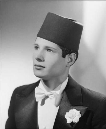 التعليق كما ورد بالفرنسية: Salim Al-Hilali, grand chanteur a voix d or. Enfant de Souq Ahras a l est de l Algerie. Sauve des soldats nazis par Si Qaddour Ben Gabrit Imam de la Grande mosquee de Paris
