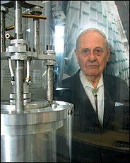 العالم النمساوي زيب(Gernot Zippe) مخترع جهاز الطرد المركزي لتخصيب اليورانيوم