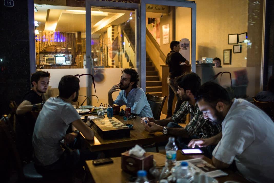 Des réfugiés syriens dans un café de Gaziantep, dans le Sud de la Turquie, en septembre 2015. LAURENCE GEAI / SIPA POUR LE MONDE En savoir plus sur http://www.lemonde.fr/proche-orient/article/2015/09/24/nous-avons-perdu-tout-espoir-les-quatre-raisons-de-l-exode-des-refugies-syriens_4769235_3218.html#tLPoElsysRfVtTZm.99