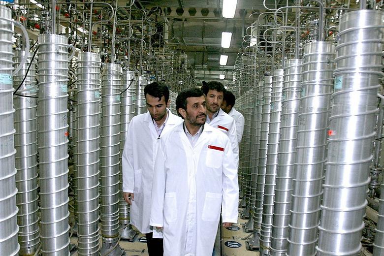 الرئيس السابق أحمدي نجاد في أحد جولاته بين أجهزة الطرد المركزي والتي تم تخفيض عددها بعد المعاهدة من 19 ألف الي 6 ألاف جهاز.