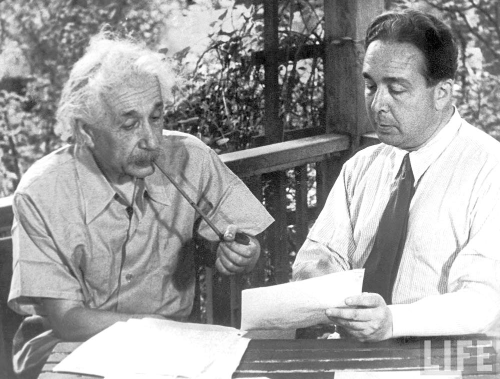 أينشتاين وزيلارد يناقشان الرسالة التي سوف تقنع رئيس الولايات المتحدة روزفلت بتطوير أسلحة نووية في أغسطس 1939.