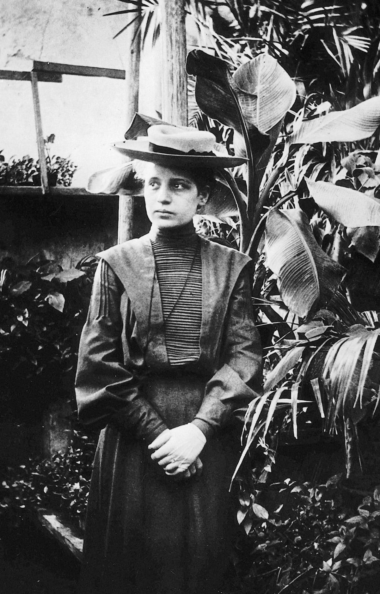 كانت مايتنر ثاني امرأة تحصل على درجة دكتور في جامعة فيينا. كان من غير المسموح للمرأة في ذلك الوقت في النمسا دخول معاهد التعليم العالي، لكن بفضل دعم أبويها حصلت على تعليم خاص عالي أكملته في 1901 حين نجحت في الامتحان الخارجي في مدرسة أكاديميشز. تذكر مايتنر غالبا كأحسن مثال للإنجاز العلمي للمرأة تجاهلته لجنة نوبل، فهي التي فسرت معادلة الطاقة النووية.