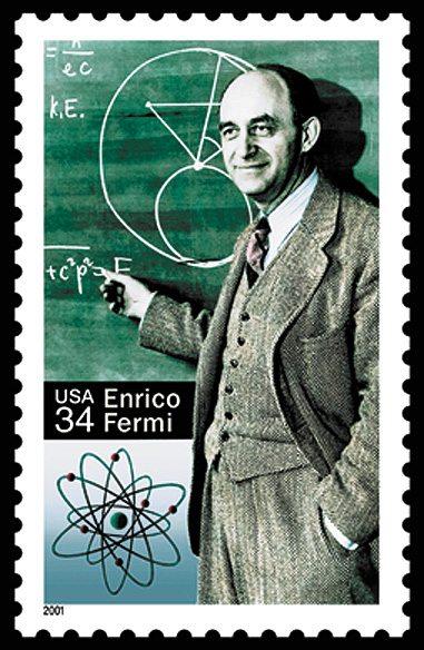 أنريكو فيرمي أحد أبرز العلماء في فيزياء الذرة، إيطالي هرب وزوجتة اليهودية من قمع موسوليني في 1938، وحصل علي الجنسية الأمريكية وهو أول من طبق تجربة الأنشطار النووي. عملياً وصنع أول مفاعل نووي في 1942 في شيكاغو