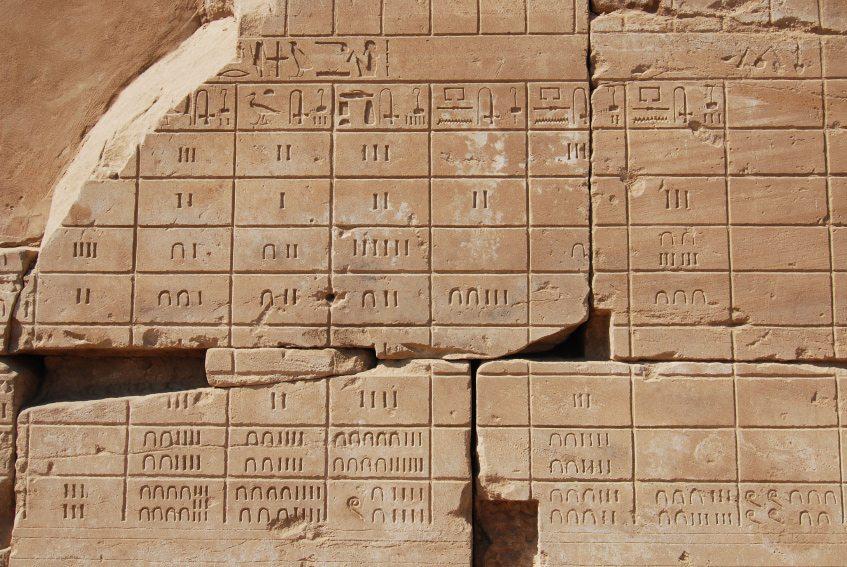 تقويم مصري قديم في معبد الكرنك