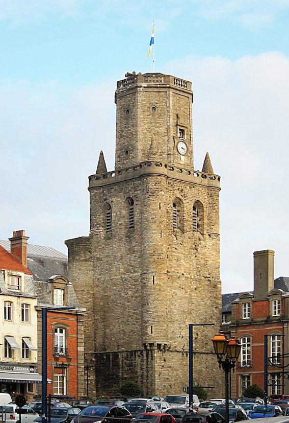 هذا ليس برج كنيسة. إنه «برج الحرَس»، وبالفرنسية beffroi، في مدينة «بولونيا سور مير» الفرنسية، ويعود إلى القرن الثاني عشر. إبتداءً من القرن الثاني عشر، بدأت «المدن المحرّرة» من الإقطاع في أوروبا، أي التي حصلت على تنازلات ملكية تعطيها استقلاليتها، ببناء الـbeffroi، التي تشبه الكنائس، وتشتمل على «جرس»، غير ديني، للتحذير من الغزوات والمخاطر، وعلى «ساعة كبيرة» تعطي «الوقت المدني» بعد أن كان «الوقت» في القرون الوسطى «وقتاً دينياً» تتخلّله أوقات الصلوات. «أبراج الحرس»، الباقية حتى يومنا في كل أنحاء أوروبا، هي أحد رموز صعود «البرجوازية» التي ستنحّي «الكنيسة» لتبني مجتمعات «مدنية» أي «علمانية».