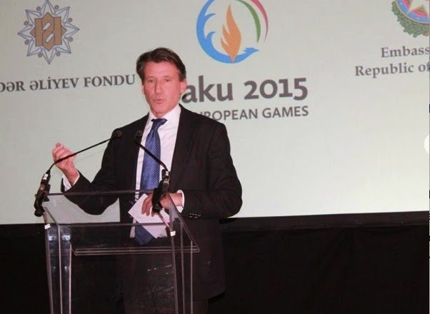 في الصورة، اللورد كو يقوم بالدعاية لألعاب باكو في فندق «دورشستر»، في ٢٧ أبريل ٢٠١٥