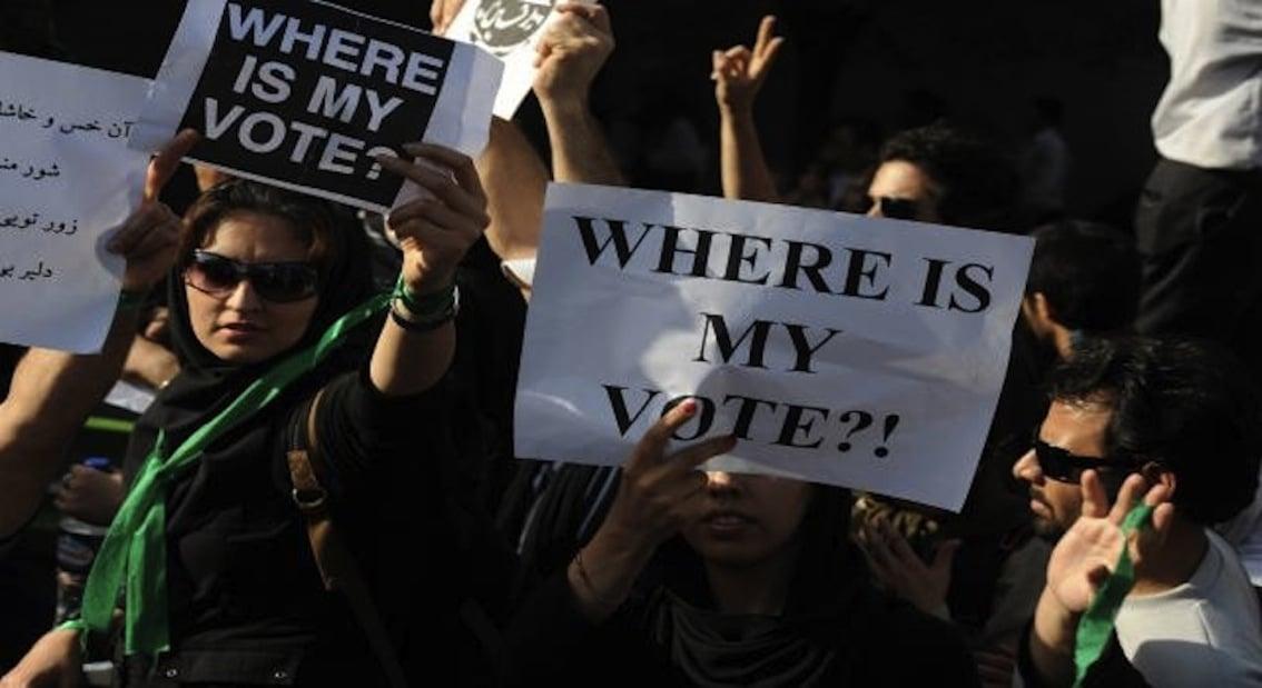 """في ٢٠٠٩ فازت ١٤ آذار بآخر انتخابات نيابية في لبنان، وفاز """"موسوي"""" بانتخابات الرئاسة الإيرانية. ولكن خامنئي """"قرّر"""" أن أحمدي نجاد هو """"الرئيس""""! فرفع الإيرانيون شعار """"أين صوتي""""!"""