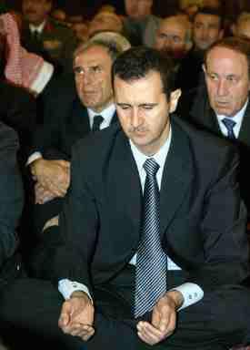 """المجرم """"الشهيد"""" غازي كنعان: قضى حياته في خدمة حافظ وبشّار الأسد و""""انتحر"""" برصاصات ماهر الأسد!"""