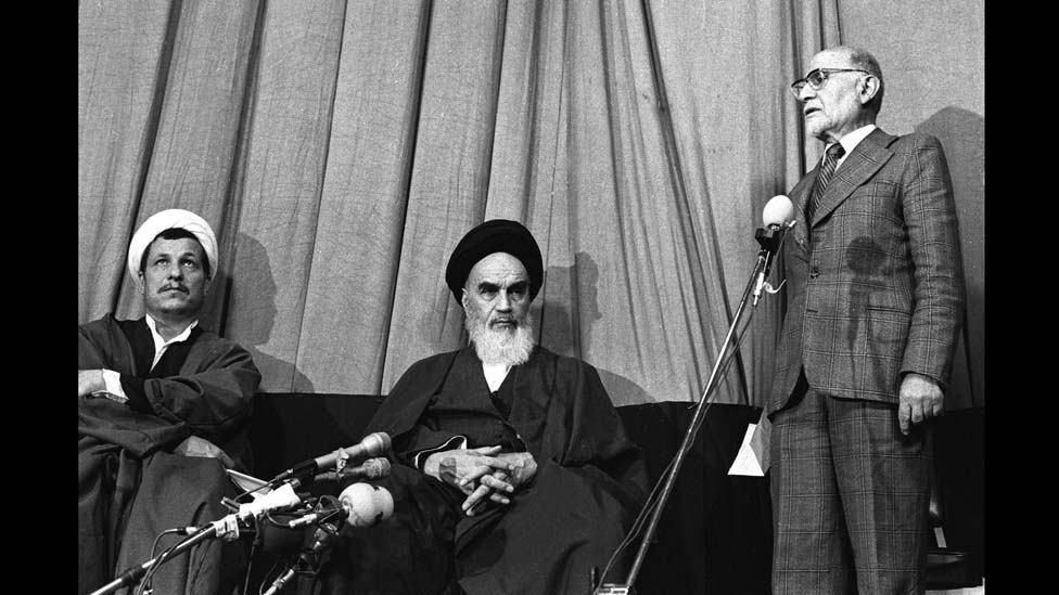 مهدي بازركان أول رئيس حكومة في إيران بعد الثورة مع الخميني ورفسنجاني