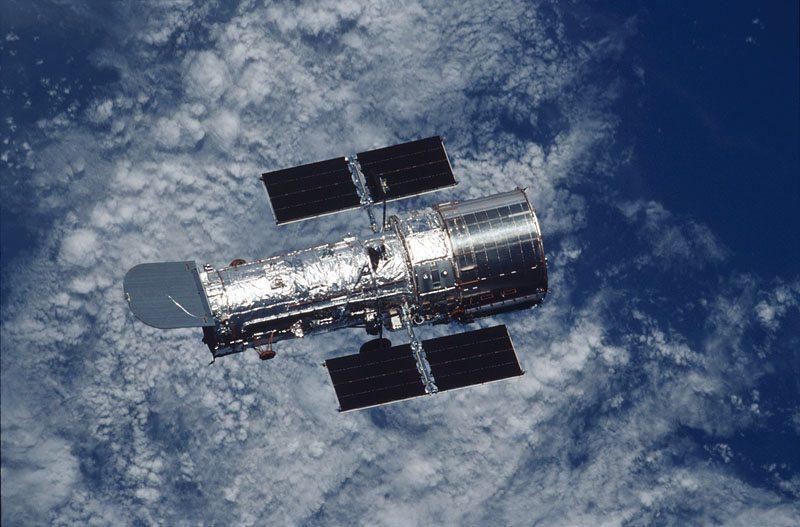 تلسكوب أو مرصد هابل الفضائي Hubble Space Telescope مرصد فضائي يدور حول الأرض منذ 1990عام وقد أمدَّ البشرية بأوضح وأفضل رؤية للكون على الإطلاق بعد طول معاناتها من التلسكوبات الأرضية التي يقف في طريق وضوح رؤيتها الكثير من العوائق سواءً جو الأرض المليء بالأتربة والغبار أم التلوث الضوئي والتي تؤثر في دقة النتائج. سُمِّي على إسم الفلكي « إدوين هابل ». يدور حول الأرض على أرتفاع 593 كم فوق مستوى سطح البحر دوره كاملة كل 97دقيقة ، يحتوي هذا المرصد عدسة قطرها 2.4 م. وتُصور بالأشعة فوق البنفسجية القريبة والطيف المرئي والأشعة تحت الحمراء القريبة. « هابل » هو المرصد الوحيد المصمم لتتم صيانته في الفضاء من قبل رواد الفضاء. كَلّفَ المرصد وكالة « ناسا » الأمريكية NASA 2.5 مليار دولار.