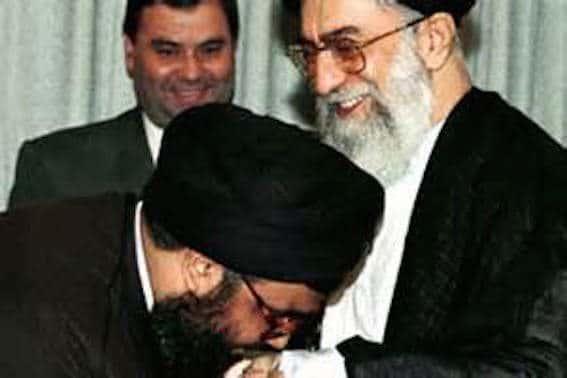 """نصرالله يقبّل يد """"الإيراني"""""""