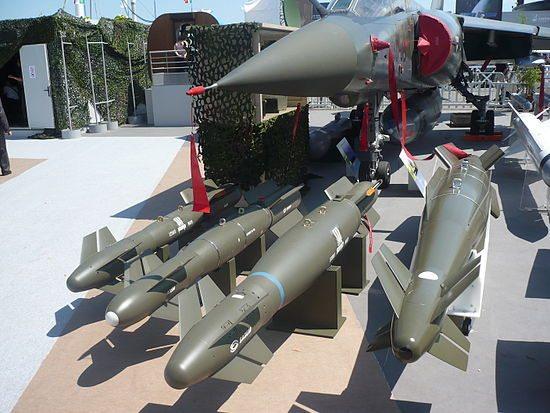 """قنابل """"أي أي إس إم"""" سعر الصاروخ ١٧٠ ألف دولار. يمكن إطلاقها من مسافة ٥٥ كيلومتر ومن ارتفاع عالٍ، وتتمتع بدقة كبيرة جداً. وزن رأسها الحربي ٨٧ كيلوغرام."""