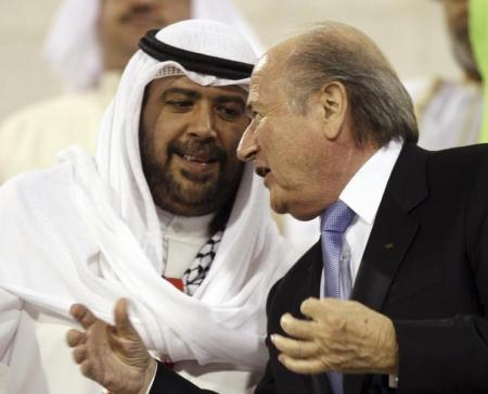 صورة تجمع بين الشيخ أحمد الفهد الصباح و سيب بلاتر (رئيس الفيفا). أرشيف رويترز