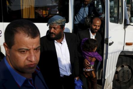 يهود يمنيون في بئر سبع باسرائيل يوم الاثنين. تصوير: باز راتنز - رويترز.