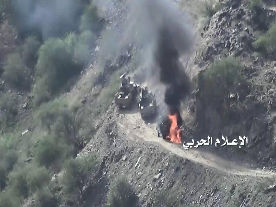 صورة وزّعها الحوثيون لآلية سعودية أعطبوها على الحدود بين البلدين