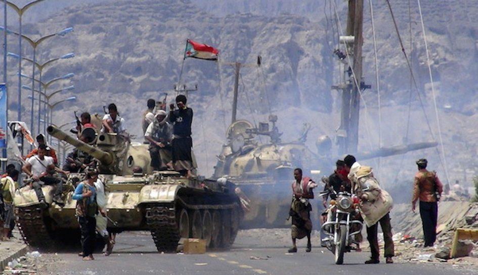 """٣ مايو ٢٠١٥: مقاتلو المقاومة الشعبية بعد نجاح عملية تحرير """"عدن"""""""