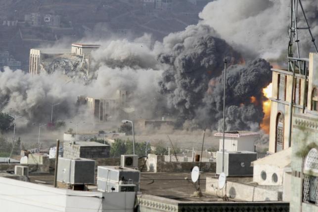 """١٧ أبريل ٢٠١٥: ضربة جوية ضد القصر الجمهوري في """"تعز"""""""