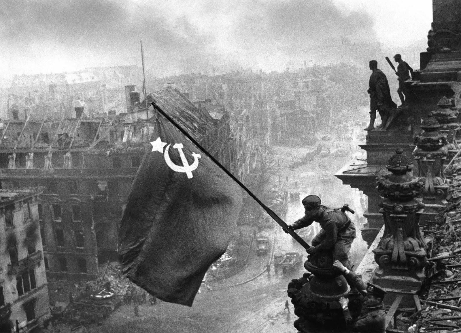 الجندي السوفياتي الثاني يحمل ساعة في كل يد