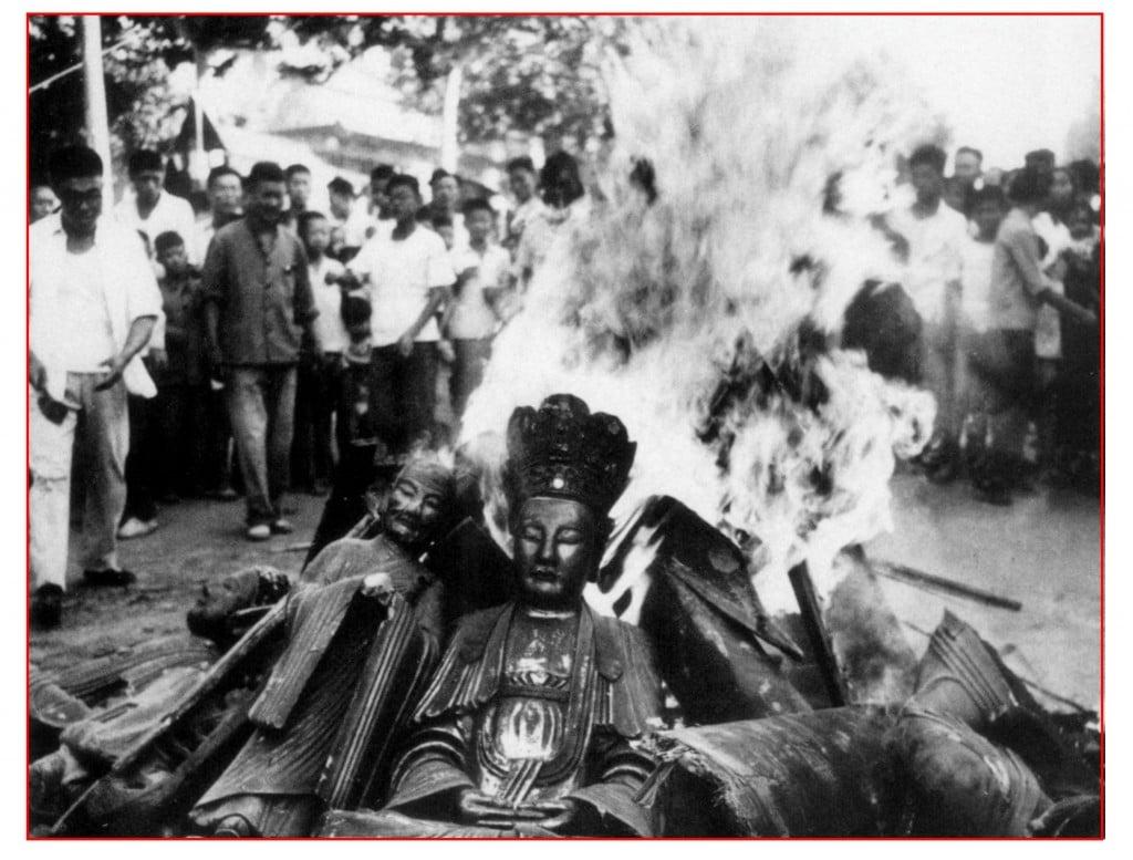 """إحراق تماثيل البوذا والإعتداءات على المعابد كان أحد مظاهر ما أسمي """"الثورة الثقافية"""""""