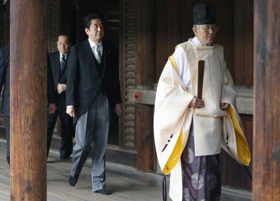 رئيس الحكومة شينزو أبي خلف كاهن «شينتو»