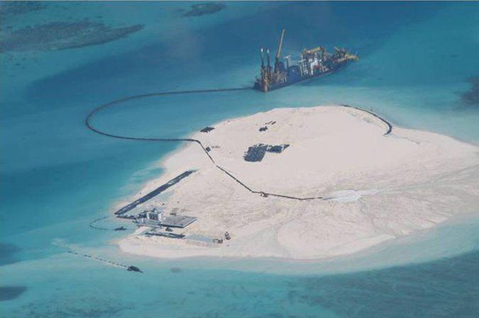 جزيرة اصطناعية أقامتتها الصين فوق شعاب مرجانية بين جزر سبراتلي