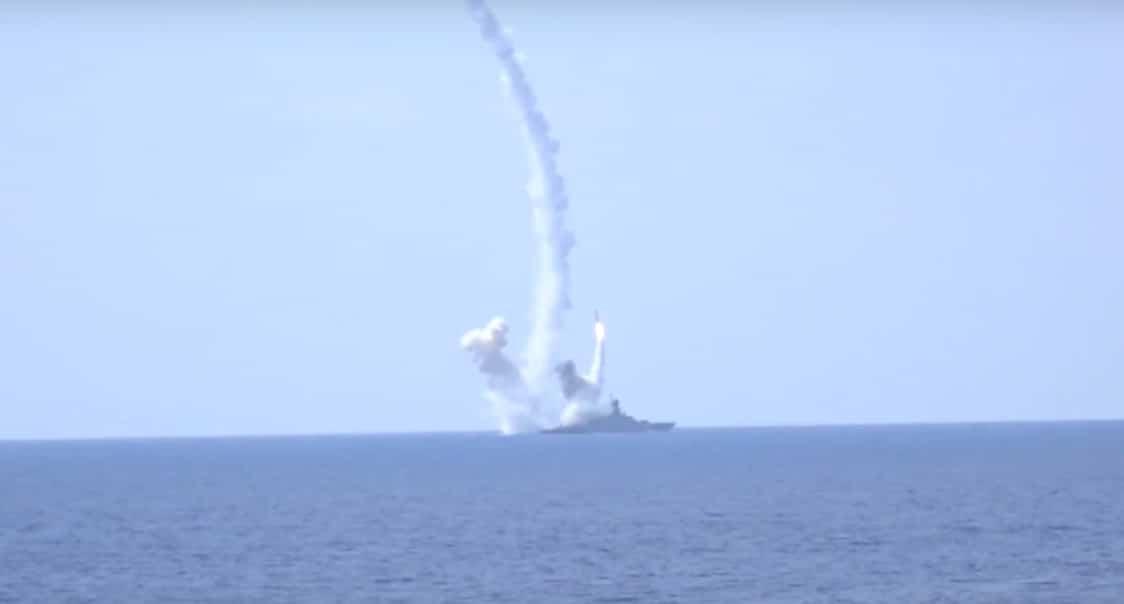 """سفن حربية روسية تطلق صاروخ كروز نوع """"كاليبر"""" ضد أهداف في حلب، يوم 19 أغسطس الحالي"""