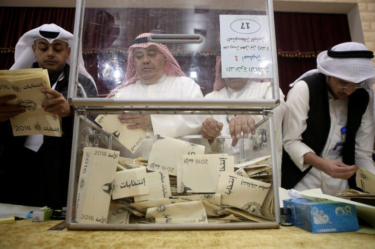 قاضي كويتي ومساعدوه يعدّون أوراق الإقتراع في ضاحية صباح السالم، في 26 نوفمبر 2016