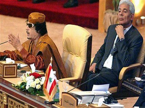 موسى كوسا خلف معمر القذافي